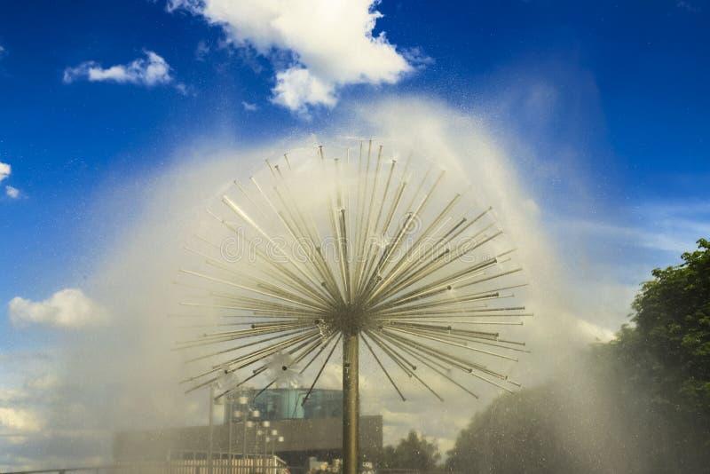 以一个球的形式美丽的喷泉在反对蓝天的Dnipro市堤防,第聂伯罗彼得罗夫斯克,乌克兰 免版税图库摄影