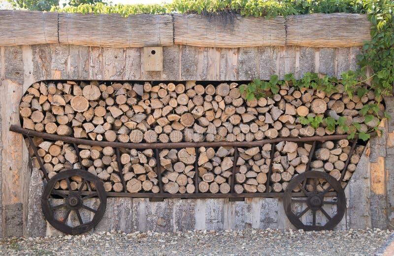 以一个老推车的形式柴堆 免版税库存照片