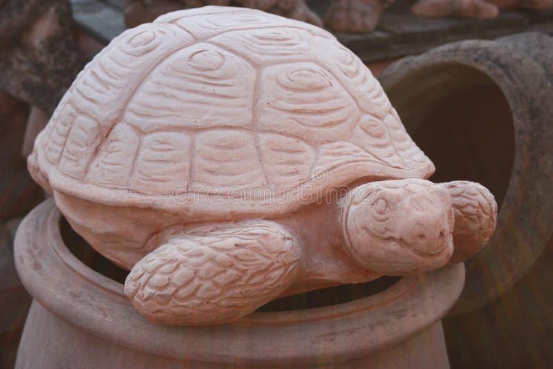 以一只大地球草龟或大草龟的形式雕象 一名陶瓷雕刻家和工作者的艺术性的工作 表示法  图库摄影