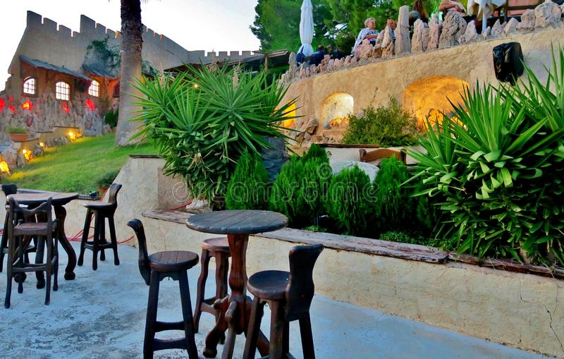 以一座城堡的形式老咖啡馆与美丽的装饰 免版税库存图片