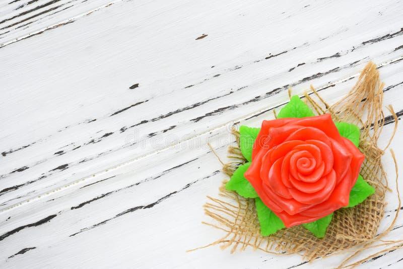 以一朵玫瑰的形式自然肥皂在木背景 aromatherapy温泉 图库摄影