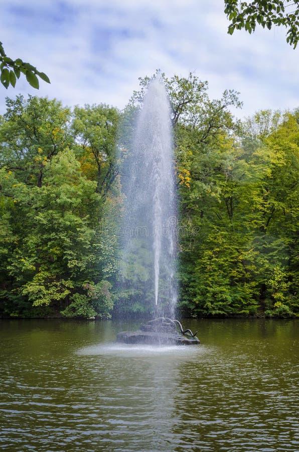 以一条蛇的形式喷泉在水中 免版税库存图片