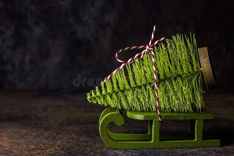 以一棵杉树的形式一个圣诞树玩具在雪橇 免版税库存图片