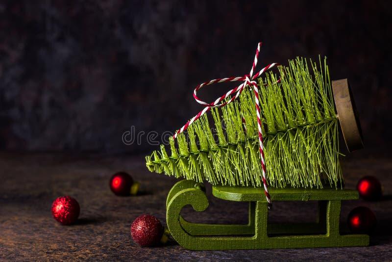 以一棵杉树的形式一个圣诞树玩具在雪橇 库存照片
