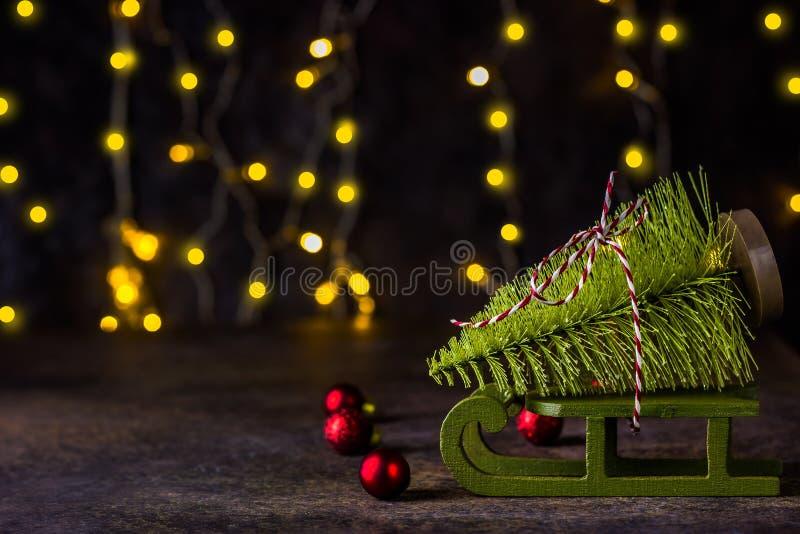 以一棵杉树的形式一个圣诞树玩具在雪橇 图库摄影