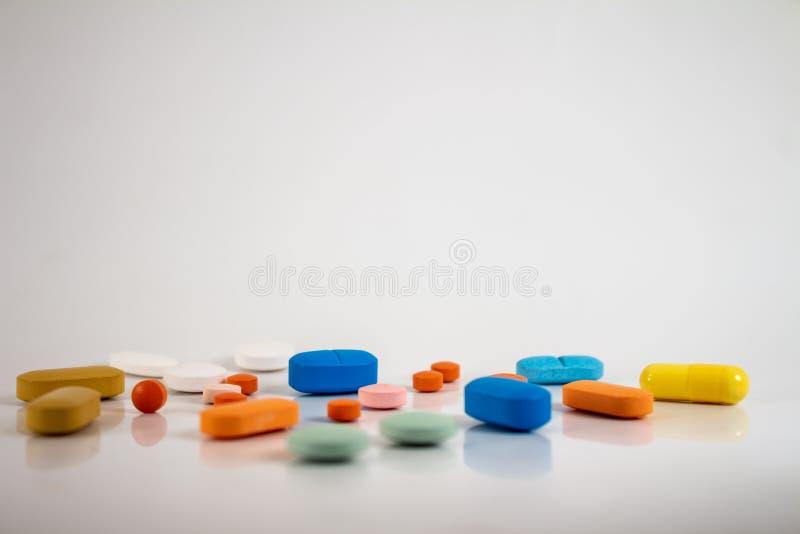 以不同的大小、形状和颜色的形式药片的药物  库存照片