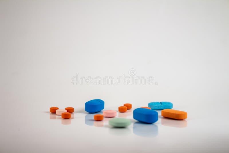以不同的大小、形状和颜色的形式药片的药物  免版税库存图片