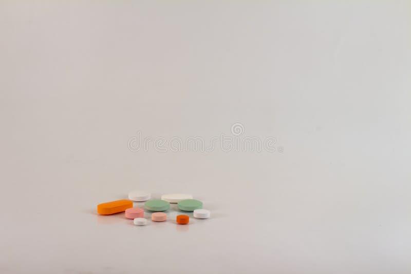 以不同的大小、形状和颜色的形式药片的药物  库存图片