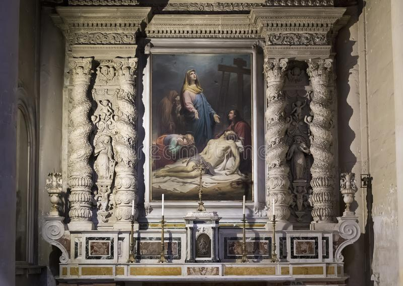 以与玛丽的中央寺院大教堂的旁边法坛一张绘画为特色哀悼在死的耶稣在莱切,意大利 免版税库存图片