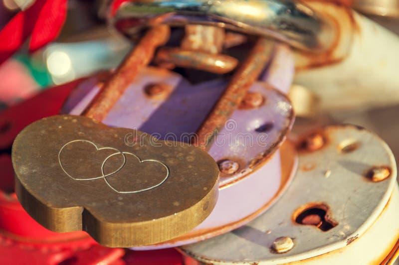 以两心脏的形式金属锁 免版税库存照片