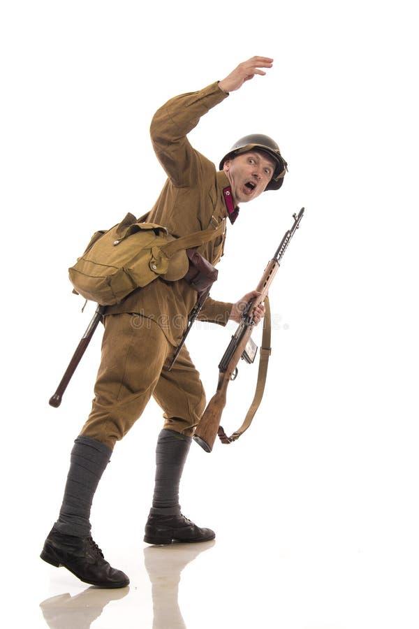 以俄国军队的普通的战士的形式男性演员在期间1939-1940,与aSelf装货步枪托卡列夫 免版税库存照片