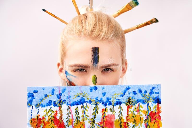 以冲程丙烯酸漆的形式,女性有艺术性的构成 创造性的女孩看在图片,您外面能看到唯一的眼睛 免版税库存图片