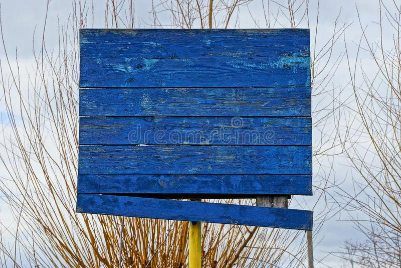 以分支和天空为背景的老蓝色木篮球档板 免版税图库摄影