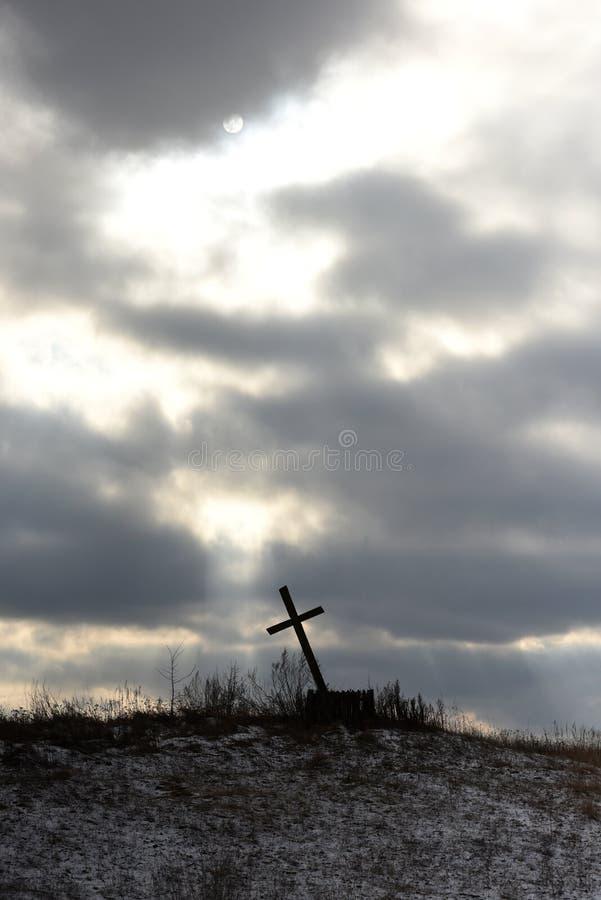 以剧烈的天空为背景的耶稣受难象 圣洁,信念 免版税库存照片