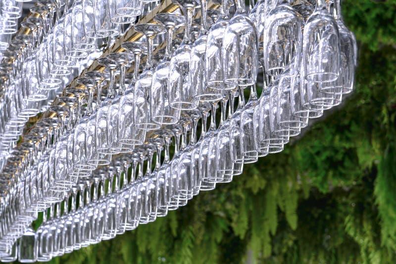 以卵形吊的形式很大数量的玻璃在酒吧的持有人 图库摄影