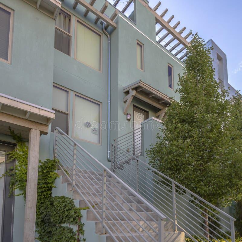 以台阶和平的屋顶为特色的现代家 免版税库存照片