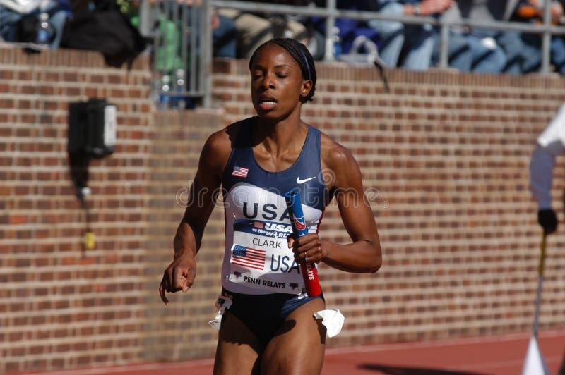 以后的终点线跟踪美国妇女的赛跑者 免版税库存照片
