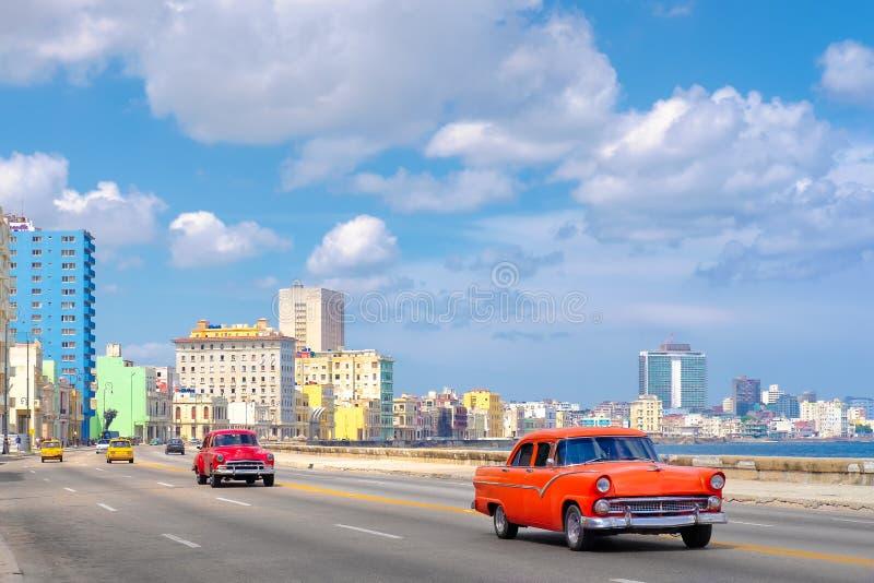 以哈瓦那地平线为目的著名Malecon大道 库存图片