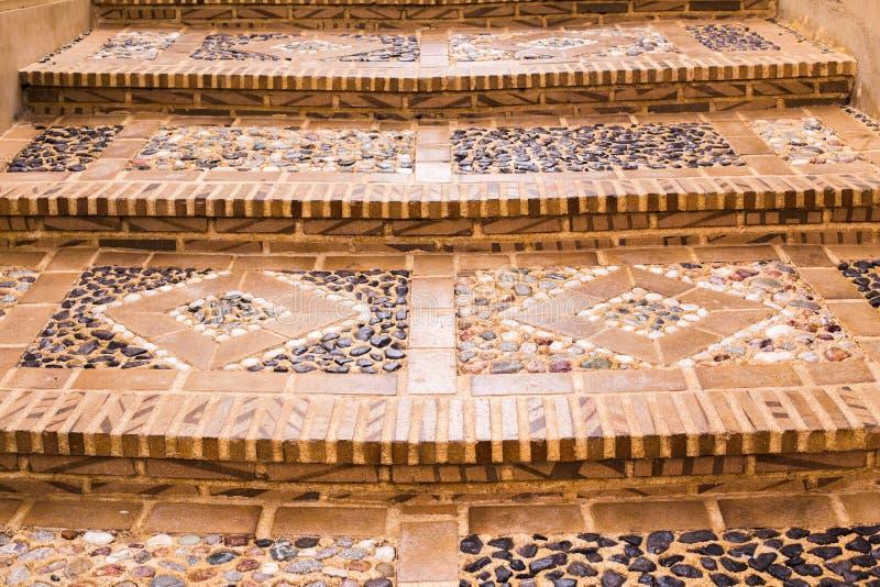 以图片的形式,老城市的楼梯的特写镜头,铺了与石头 结构五颜六色的granadella回家javea la地中海最近的西班牙xavia 免版税库存图片