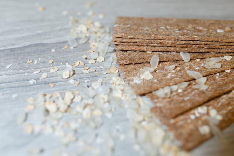 以在彼此的一个爱好者的形式被计划的饮食大面包特写镜头在米的一张木桌剥落 干快餐饮食breakf 免版税库存图片