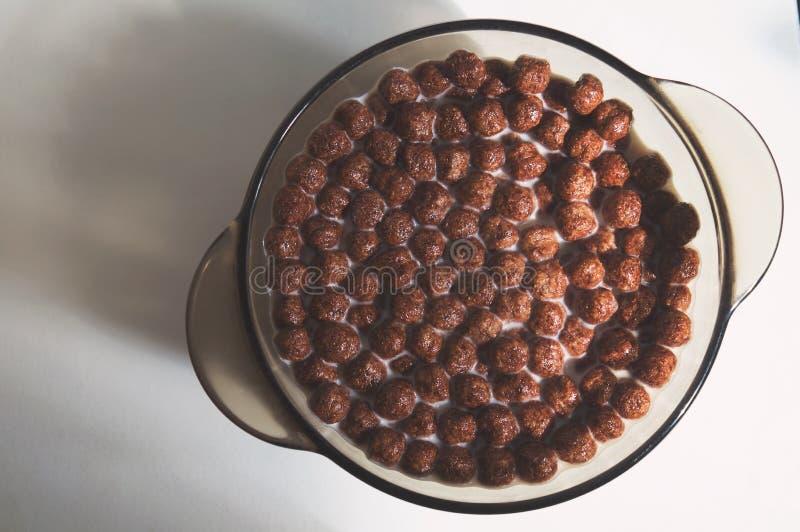 以在板材的球的形式烘干健康巧克力早餐 图库摄影