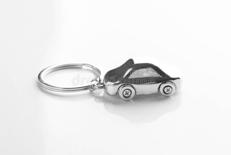 以在白色隔绝的汽车的形式钥匙链 图库摄影