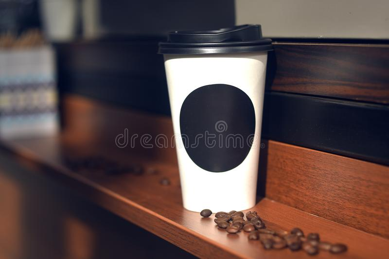 以子弹密击杯子咖啡与应付您的商标的空间,文本 免版税库存图片