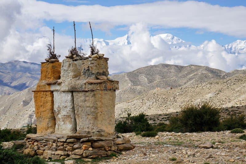以安纳布尔纳峰雪断层块为背景的佛教chortens喜马拉雅山的 库存照片