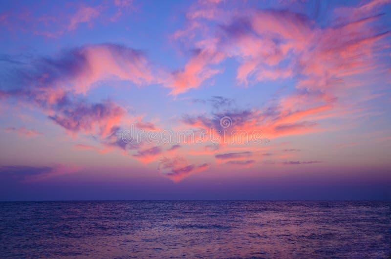 以心脏的形式一朵云彩 美丽的天空 爱 华伦泰` s日概念 免版税库存图片