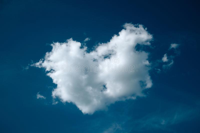 以心脏的形式云彩 免版税库存照片
