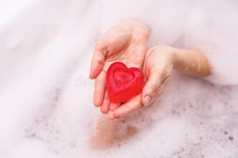 以心脏的形式手工制造肥皂 库存照片