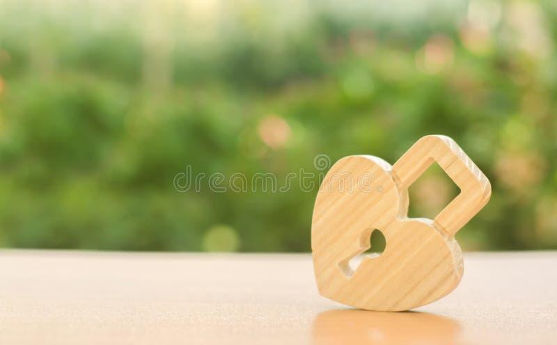 以心脏的形式挂锁 关系和一个强的家庭的规则秘密  强的恋爱 秘密,谣言 库存图片