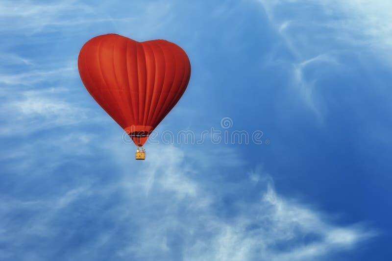 以心脏的形式明亮的炽热气球 免版税库存照片