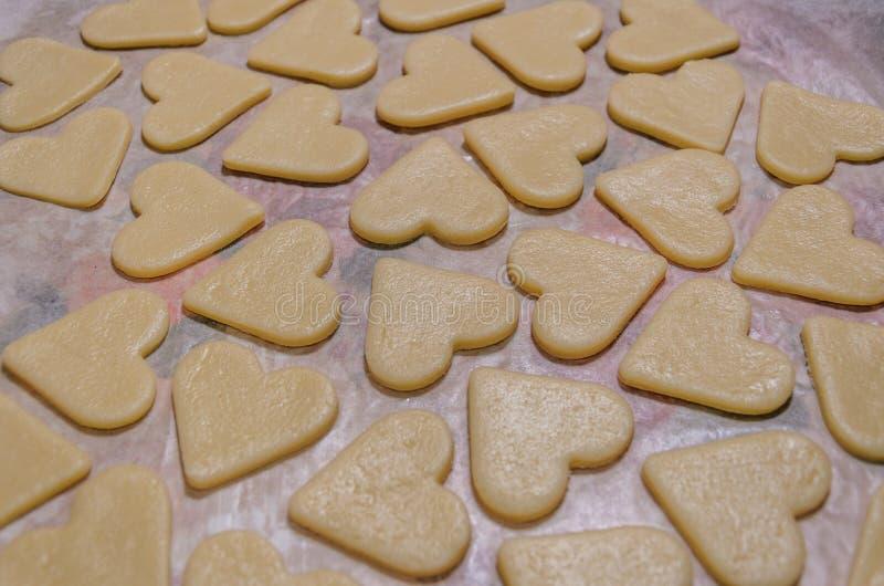 以心脏的形式未加工的曲奇饼 免版税图库摄影