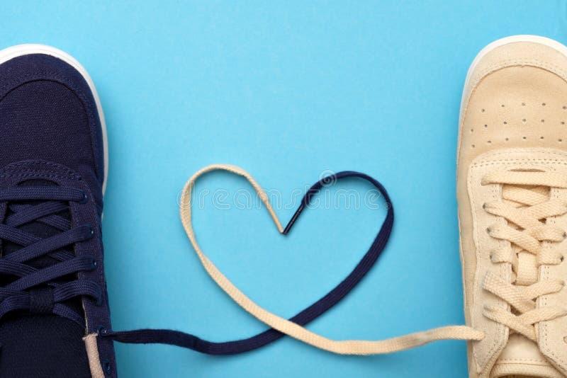 以心脏的形式,新的运动鞋鞋带是 图库摄影