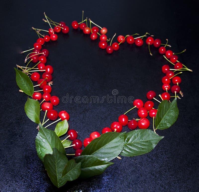 以心脏的形式,樱桃,放置,美丽浪漫 免版税库存图片