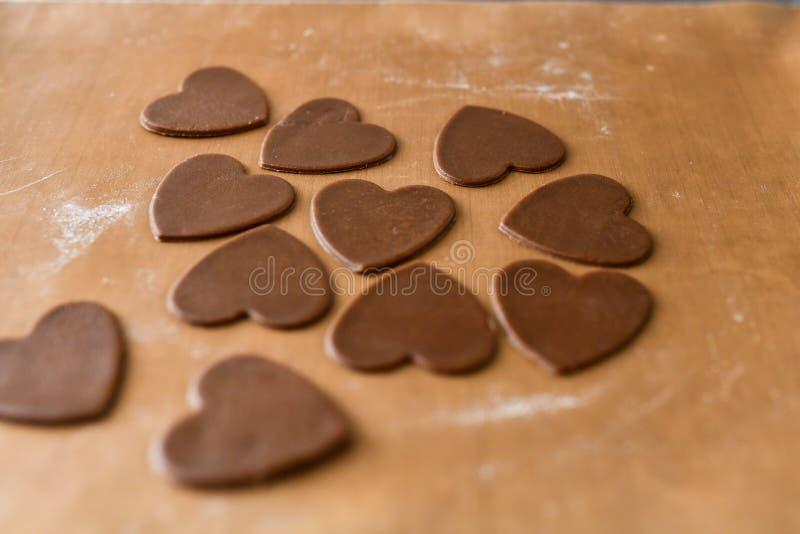 以心脏,顶视图,在火炉的酥皮点心,面团准备的形式巧克力饼干 库存图片