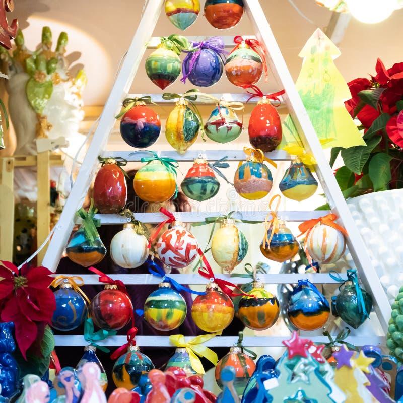 以手画陶瓷圣诞节球为特色 库存照片
