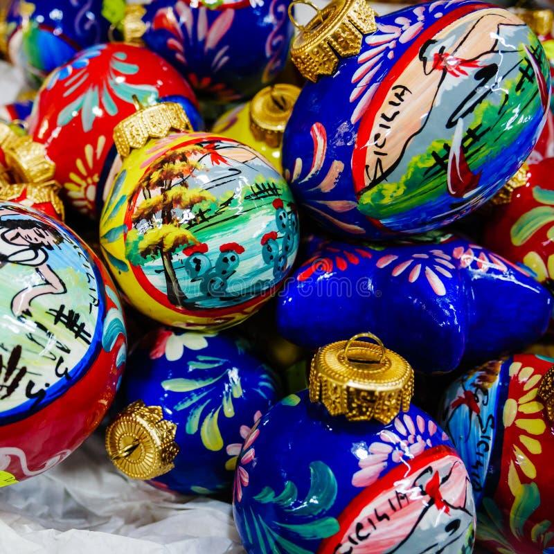 以手画陶瓷圣诞节球为特色 免版税库存图片
