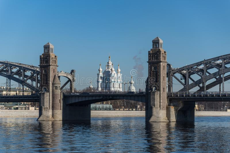 以斯莫尔尼宫大教堂为背景的彼得大帝桥梁 r 免版税图库摄影