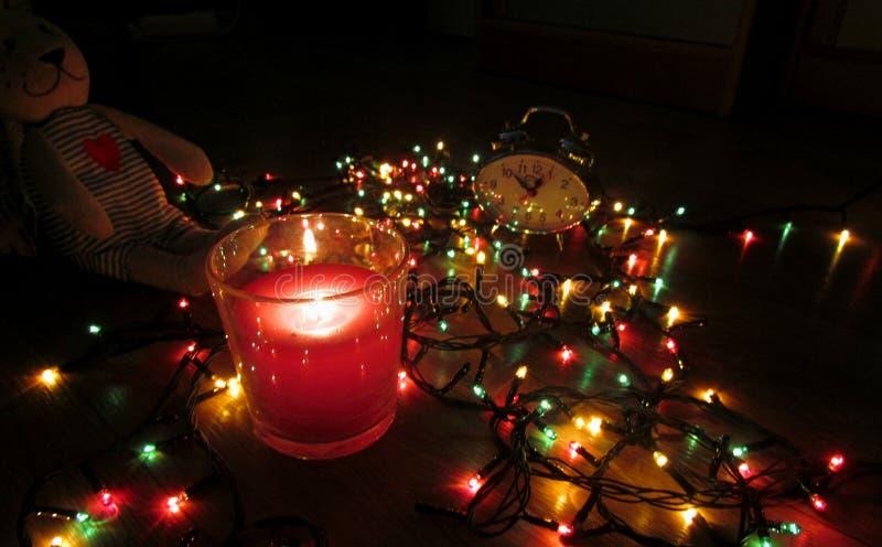 以新年光的光的为背景等待的圣诞节 免版税库存照片