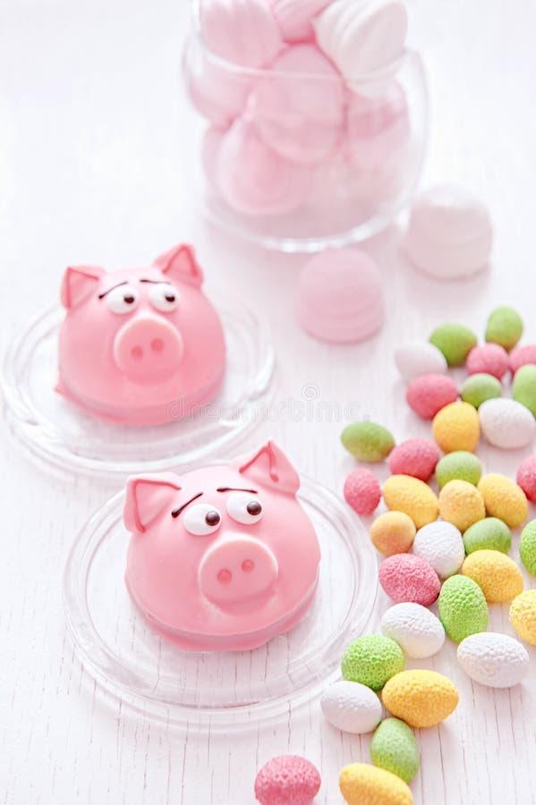 以新年的形式标志的小杏仁饼-桃红色猪,甜精美蛋白杏仁饼干,蛋白软糖,在糖的花生 免版税库存图片