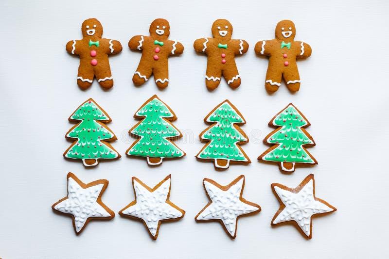 以星,雪花,人们,袜子,职员,手套,圣诞树,心脏的形式手工制造欢乐姜饼曲奇饼为 库存图片
