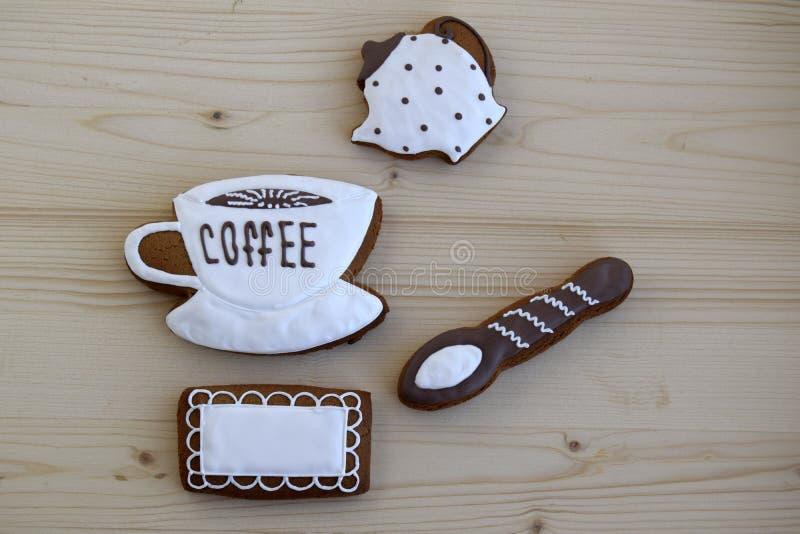 以杯子的形式姜饼用咖啡,餐巾,匙子,咖啡罐 免版税图库摄影