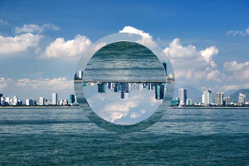 以海岸为目的都市风景与摩天大楼 免版税库存图片
