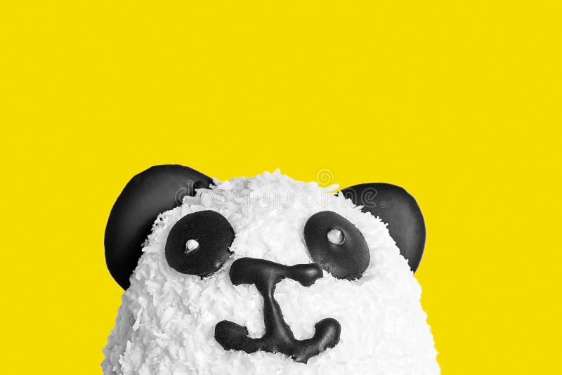 以熊猫头的形式甜蛋糕 免版税库存照片