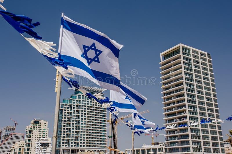 以特拉维夫为背景的以色列旗子 库存图片
