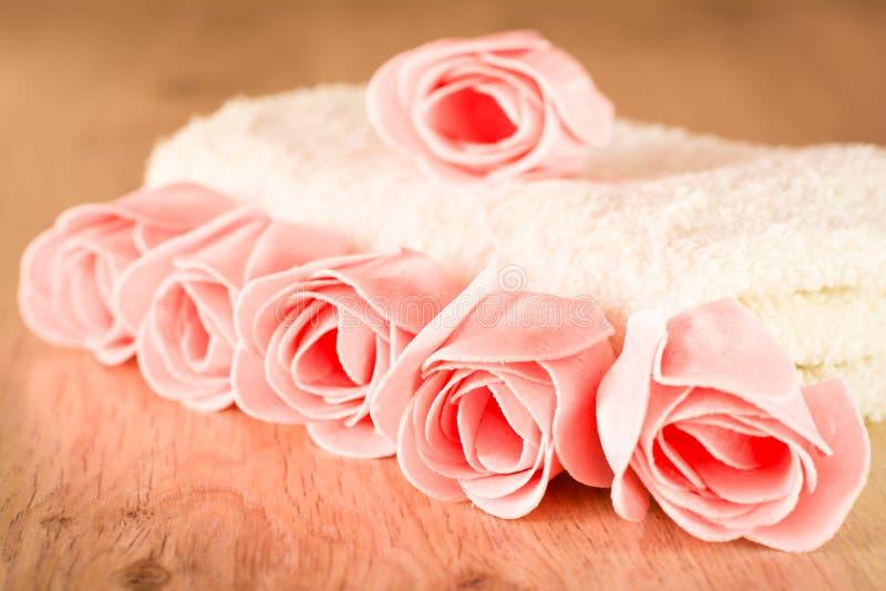 以玫瑰和毛巾的形式肥皂 库存照片