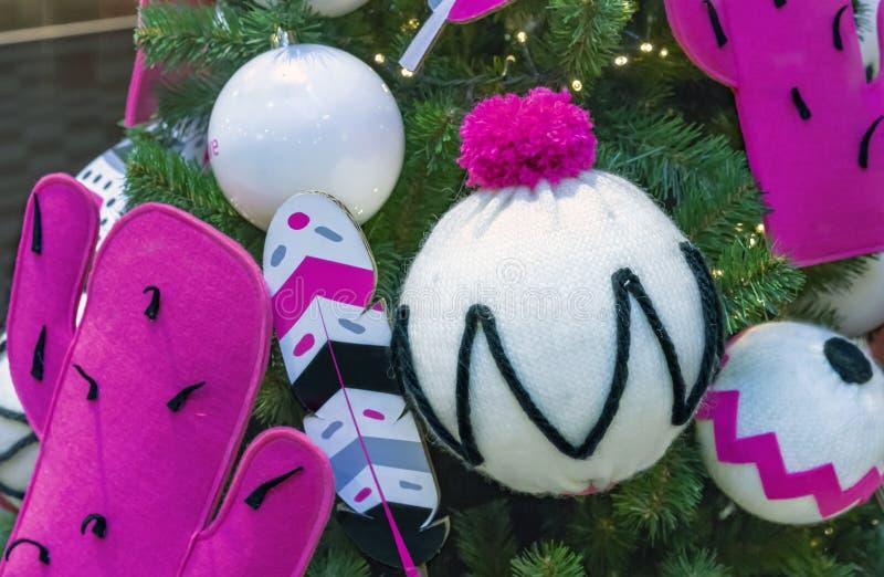 以白色被编织的帽子和桃红色仙人掌的形式圣诞装饰 库存照片