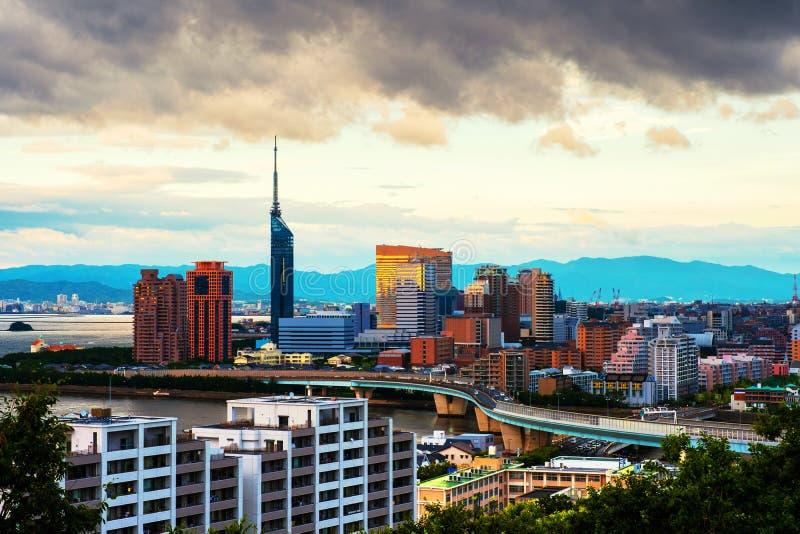 以福冈中部,日本为目的日落,有高现代大厦的 库存图片